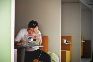 entreprendre photo jeune étudiant wecode sur ordinateur